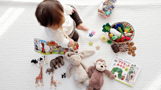 PirraSmith - bebe en manta con un montón de juguetes esparcidos