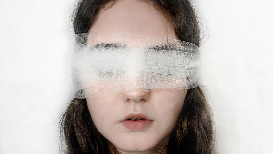 PirraSmith -Escribiendo un personaje con deficiencia visual (se ve la cara de una chica con una venda en los ojos que no es opaca, permite ver un poco a través).